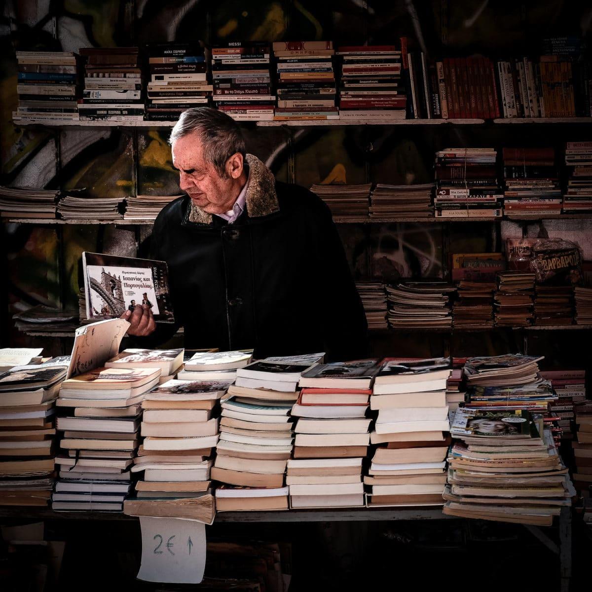 vanha mies lukee kirjaa
